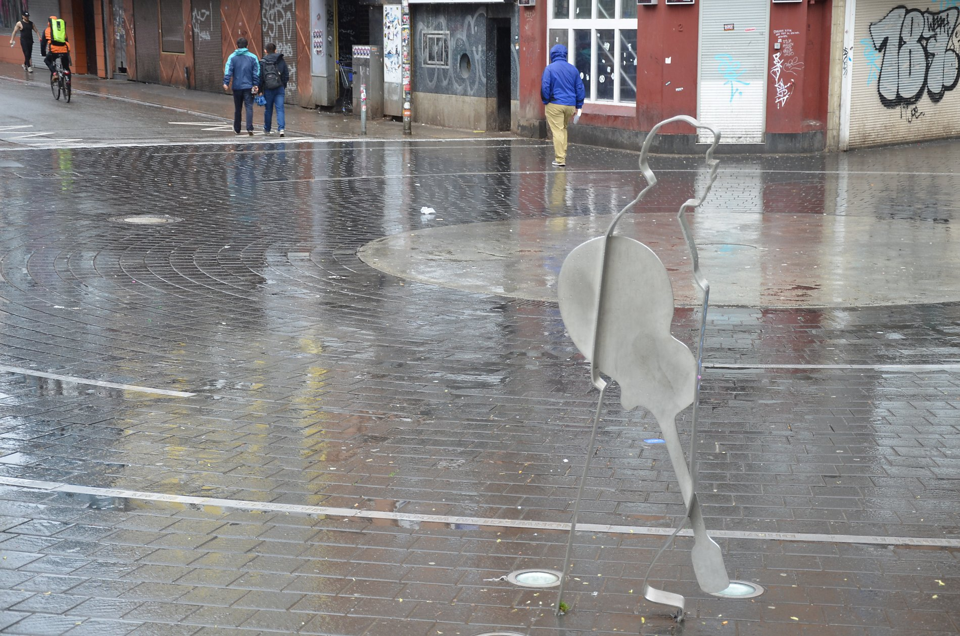 Passend zum typisch englischen Wetter, regnete es auch in Hamburg am Beatlesplatz.