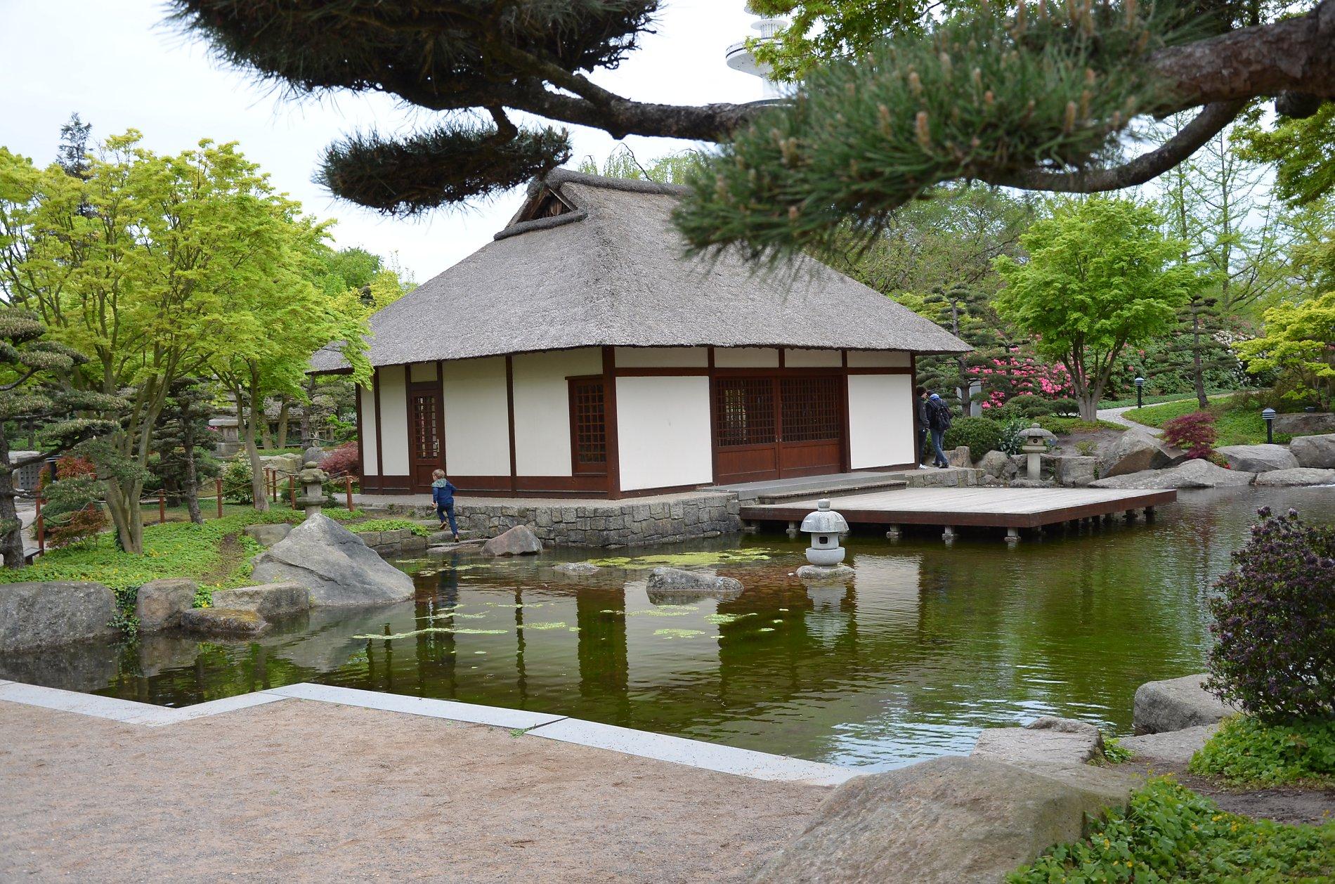 Die Terrasse des Teehauses wird gerne zum Ausruhen und Meditieren genutzt.