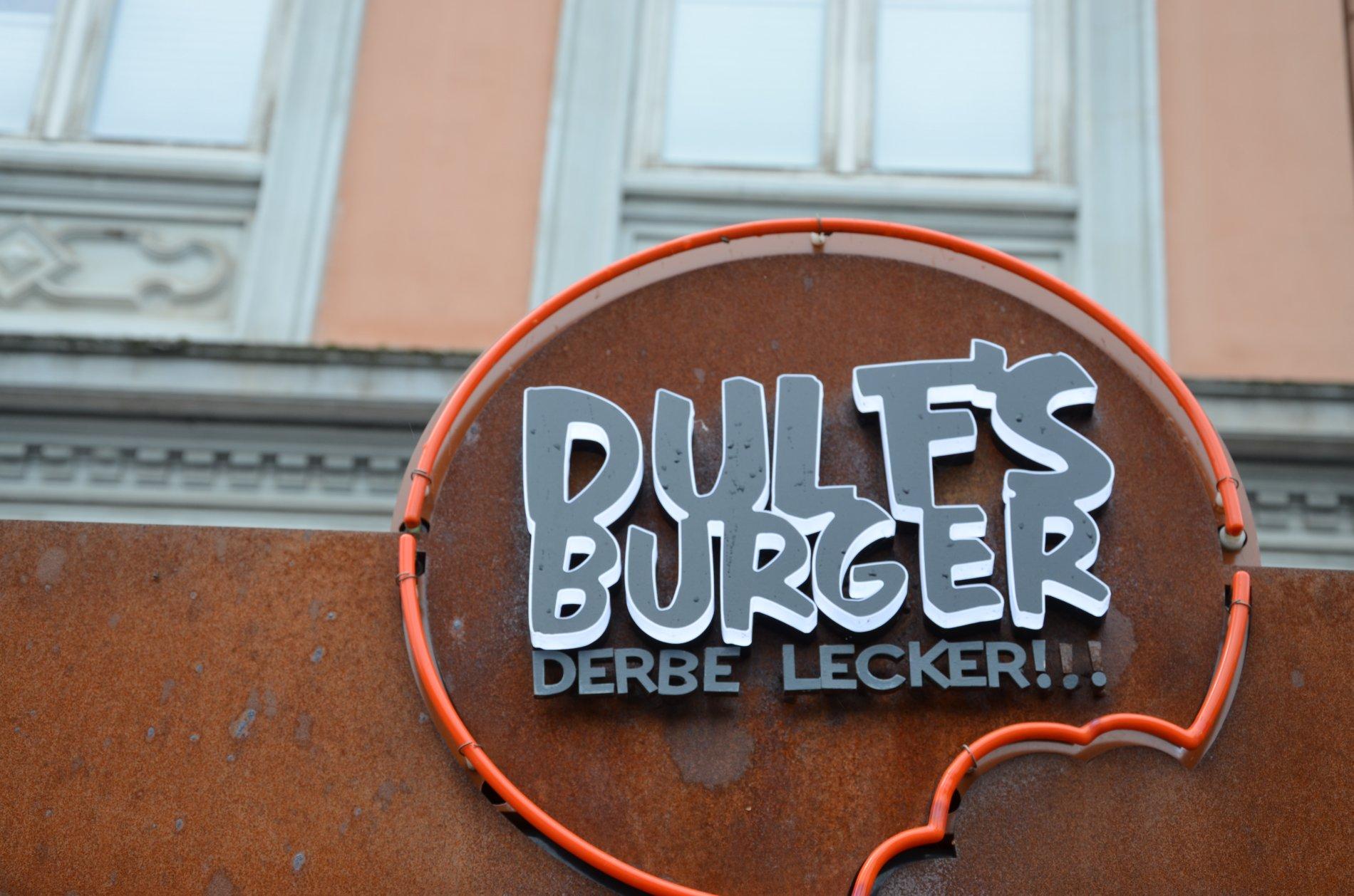 Eingang zu Dulf's Burgerladen im Untergeschoss bei den Messsehallen