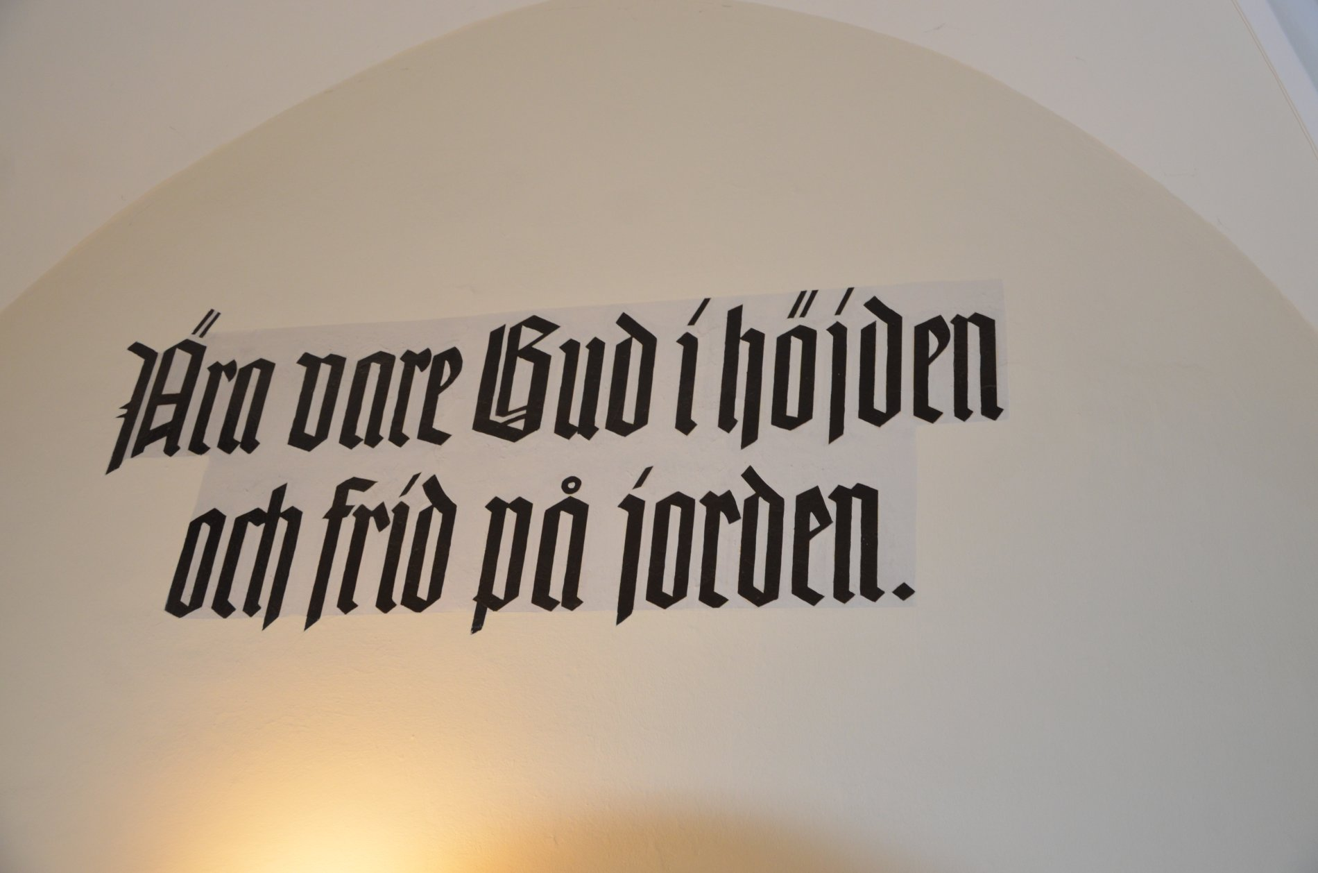 Wandsprüche am Eingang der schwedischen Kirche