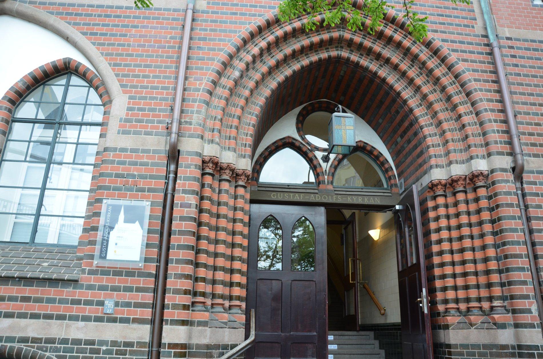 Eingang zur schwedischen Seefahrerkirche - der ältesten in Hamburg