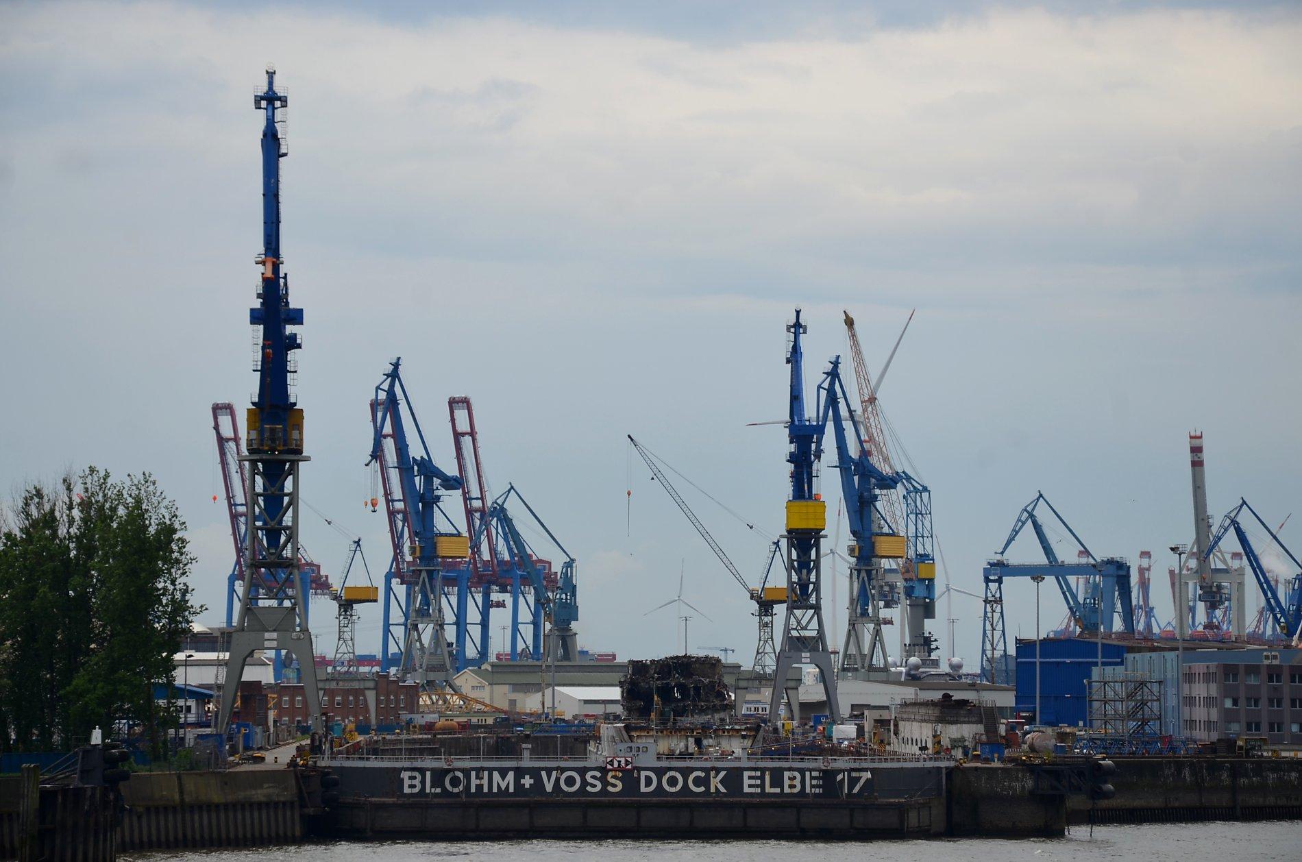 Weniger amüsant, aber genauso geschäftig geht es im Hafen zu. Transportschiffe bringen Güter aus aller Welt