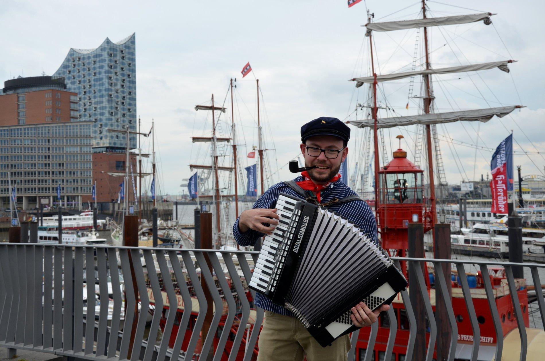 """Natürlich hat auch der Sänger vor dem Hafen """"das Lied"""" von der Reeperbahn im Repertoire"""