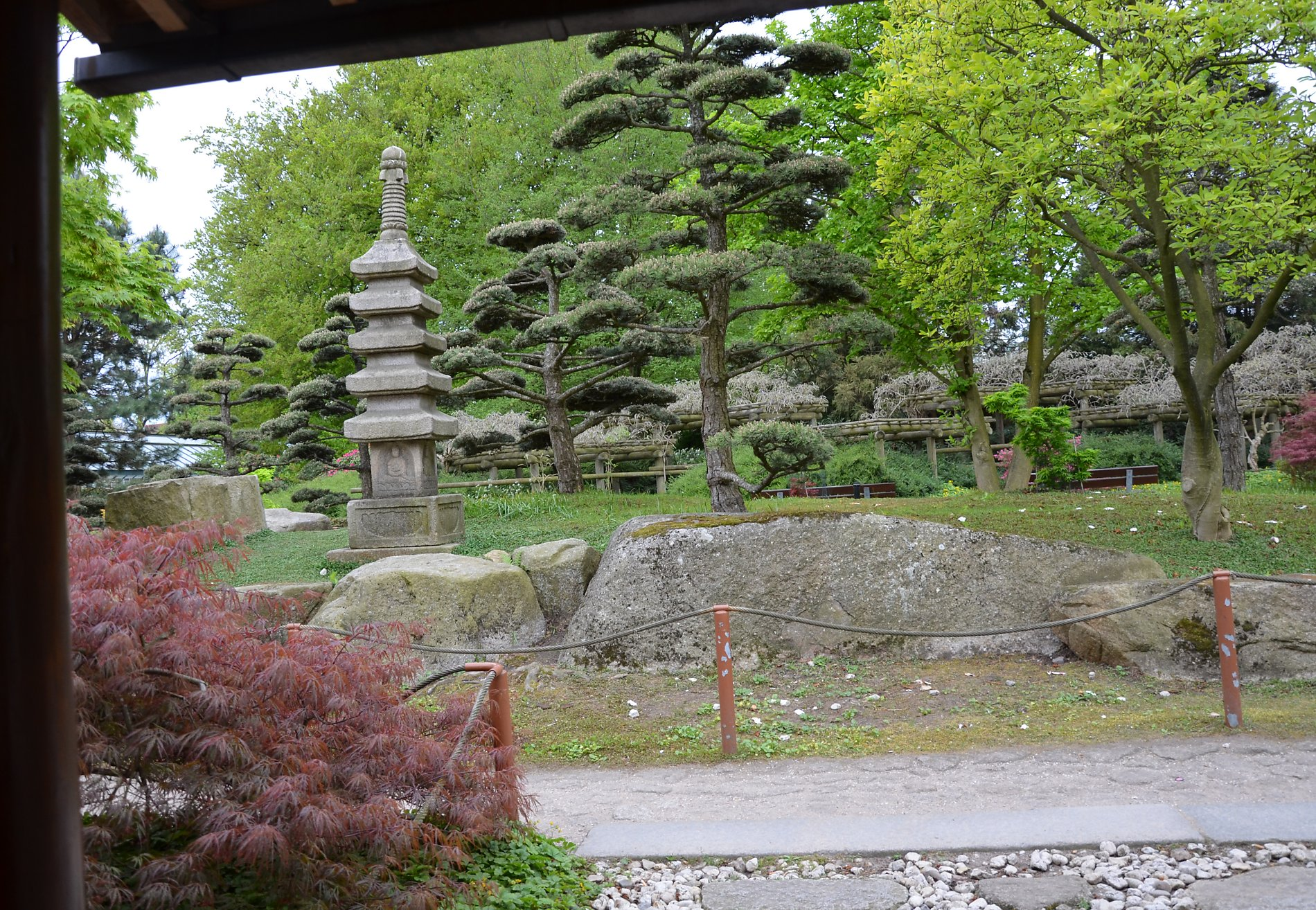 Pagodenlaterne mit 5 Stufen symbolisiert die fünf Elemente gemäß japanischer (buddhistischer) Philosophie. Dies sind: Erde, Wasser, Feuer, Luft und Leere